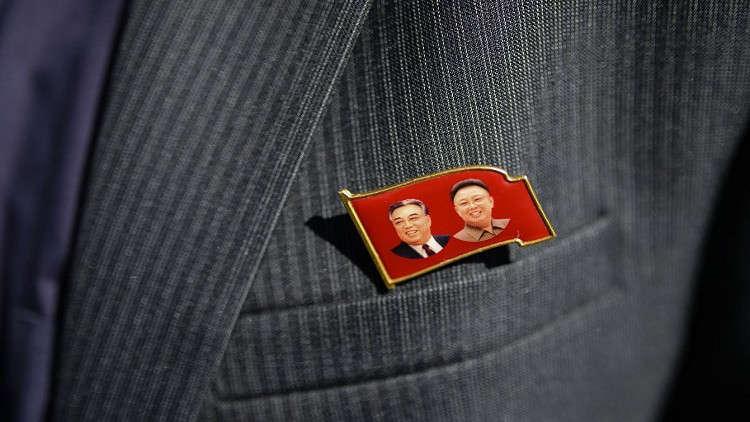 شعارات لرموز النظام الكوري الشمالي في زورق على متنه جثث