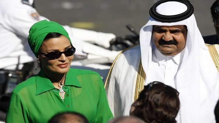 أرشيف - أمير قطر السابق حمد بن خليفة آل ثاني وزوجته الشيخة موزا بنت ناصر المسند، باريس في 14 يوليو 2008