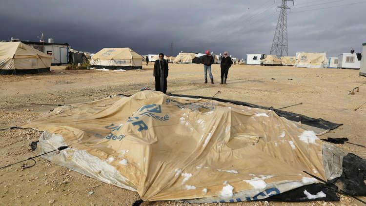 مأساة للاجئين السوريين على الحدود اللبنانية.. أطفال ونساء قضوا تجمدا! (صور)