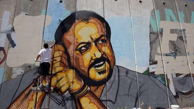 لوحة للقيادي المعتقل لدى إسرائيل مروان البرغوثي قرب حاجز قلنديا - القدس