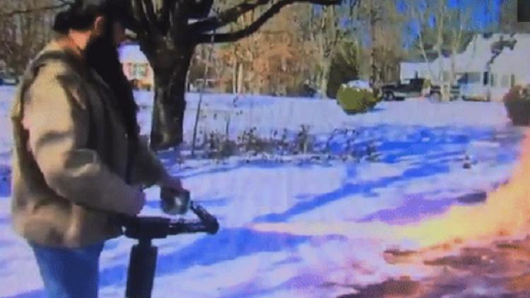 أمريكي يزيل الثلج على طريقته الخاصة