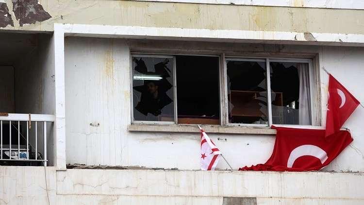 قبرص.. متظاهرون يرشقون صحيفة انتقدت