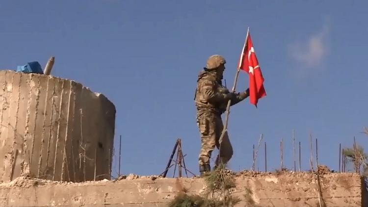 جنود أتراك يرفعون علم بلادهم على جبل برصايا السوري