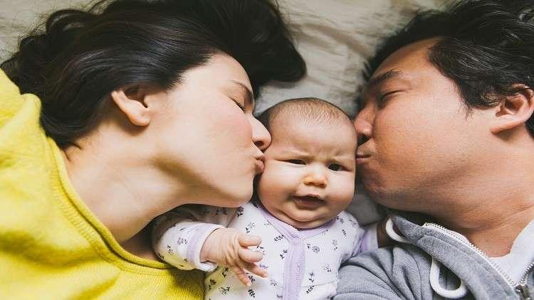 النوم إلى جانب الطفل يعرض حياته للخطر