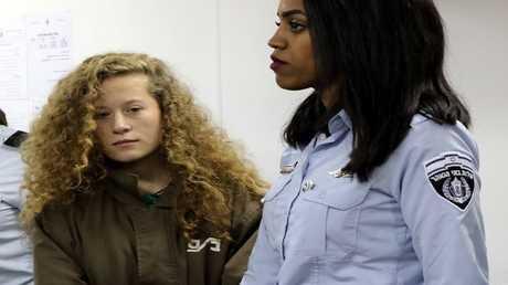عهد التميمي داخل قاعة محكمة عسكرية في سجن عوفر بالقرب من مدينة رام الله بالضفة الغربية، 28 ديسمبر 2017