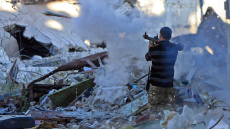 أحد عناصر الجيش الوطني الليبي يطلق قذيفة أر بي جي خلال معارك ضد مسلحين في بنغازي