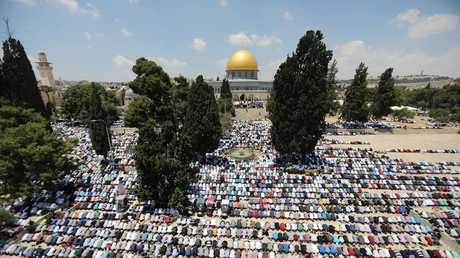 مصلون أمام المسجد الأقصى
