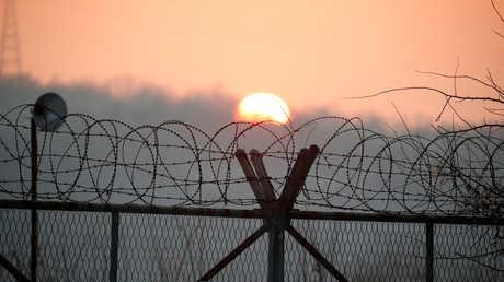 الشمس يصعد فوق المنطقة العازلة بين الكوريتين