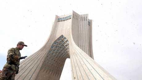 أحد أفراد الأمن الإيراني وسط العاصمة طهران - أرشيف