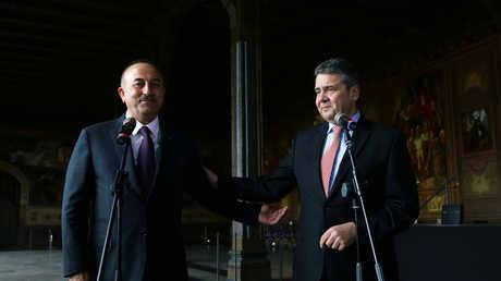 وزيرا الخارجية الألماني زيغمار غابرييل والتركي مولود جاويش أوغلو