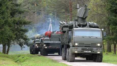"""إحدى عربات """"بانتسير"""" تتقدم بطارية صواريخ """"إس-300"""""""