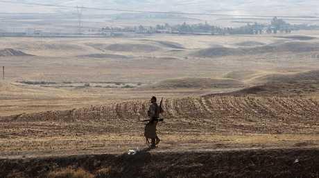 مقاتل كردي من البيشمركة على حدود محافظة كركوك شمال العراق