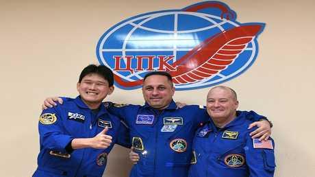 رائد الفضاء الياباني في صورة تذكارية مع رائدي فضاء روسي وأمريكي