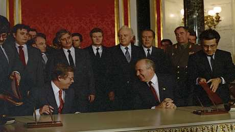 لقاء الزعيم السوفيتي ميخائيل غورباتشوف مع رئيس تشيكوسلوفاكيا فاتسلاف هافيل في موسكو عام 1990