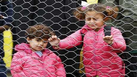 أطفال المهاجرين ينتظرون عبور الحدود من سلوفينيا إلى سبيلفيلد في النمسا،