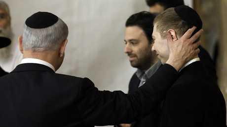رئيس الوزراء الإسرائيلي بنيامين نتنياهو وابنه يائير