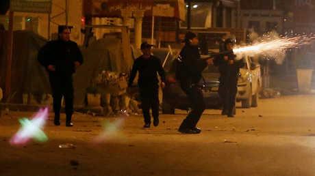 الشرطة تستخدم الغاز المسيل للدموع لتفريق محتجين في العاصمة التونسية