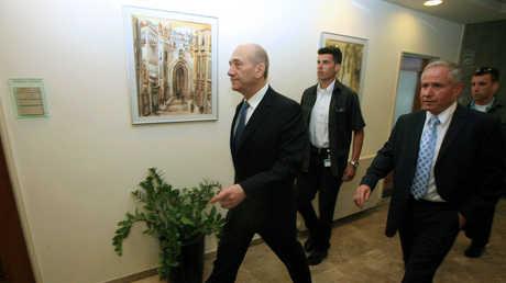 افي ديختر يسير برفقة رئيس الوزراء الإسرائيلي السابق يهود أولمرت