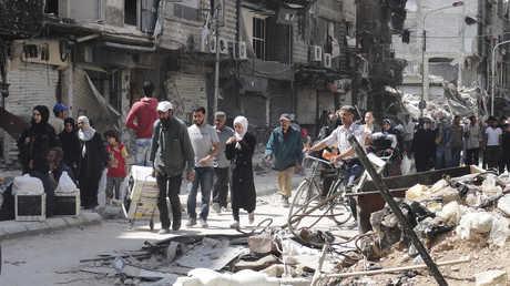 أرشيف - صورة لأهالي مخيم اليرموك وهم يغادرونه