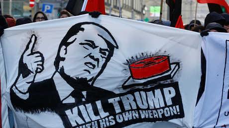 متظاهرون مناهضون لتنظيم المنتدى الاقتصادي العالمي 2018 في سويسرا وسياسة الرئيس الأمريكي دونالد ترامب في العاصمة السويسرية برن، 13/01/2018