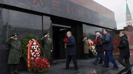 زعيم الحزب الشيوعي الروسي غينادي زيوغانوف يضع إكليلا من الزهور إلى ضريح لينين في موسكو