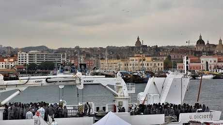 مهاجرون غير شرعيين يصلون السواحل الإيطالية