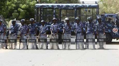 أرشيف - عناصر من شرطة الخرطوم في مهمة
