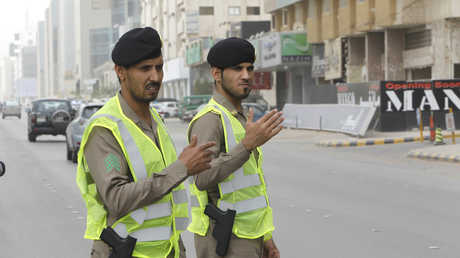 الشرطة السعودية تنظم السير في أحد الشوارع