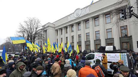 احتجاجات أمام مبنى الرادا الأوكرانية في العاصمة كييف