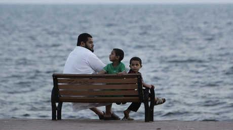 عائلة سعودية على ساحل البحر الأحمر