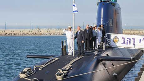 رئيس الوزراء الإسرائيلي بنيامين نتنياهو على إحدى الغواصات الألمانية