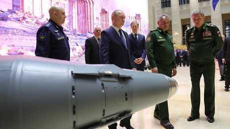 فلاديمير بوتين يزور معرضا حول عملية العسكريين الروس في سوريا