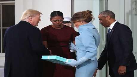 ميشيل أوباما تكشف عن محتوى هدية ميلانيا يوم تنصيب ترامب