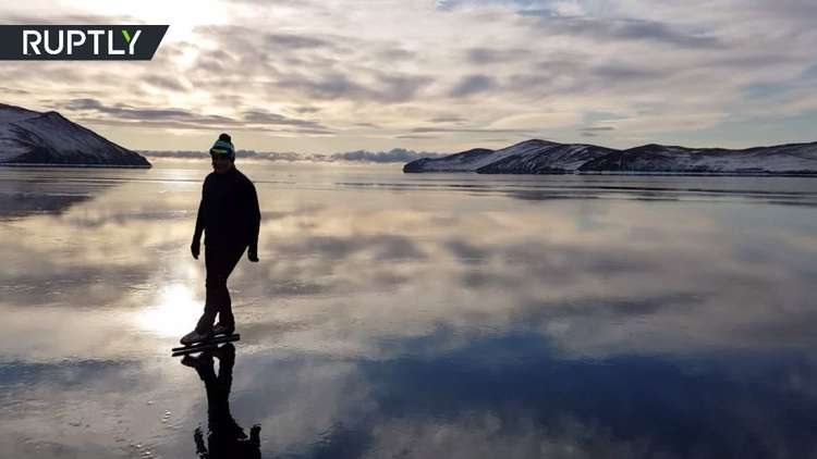 لقطات مذهلة للتزلج على مياه بحيرة بايكال المتجمدة