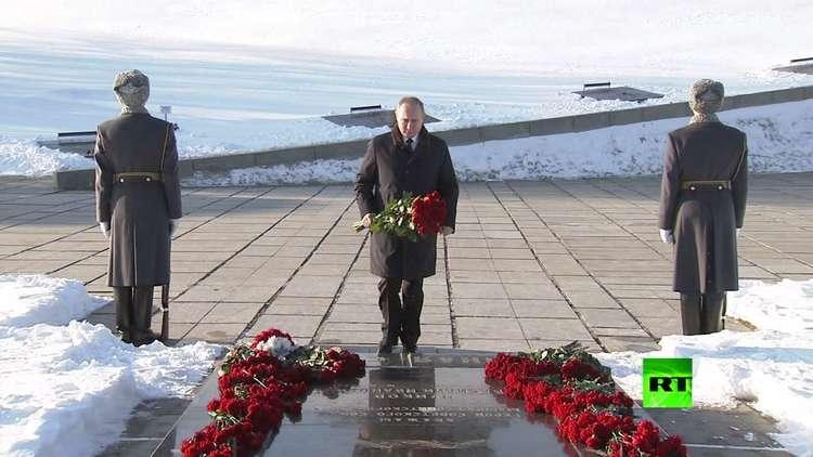 بوتين يضع الزهور على نصب تذكاري تخليدا لضحايا ستالينغراد