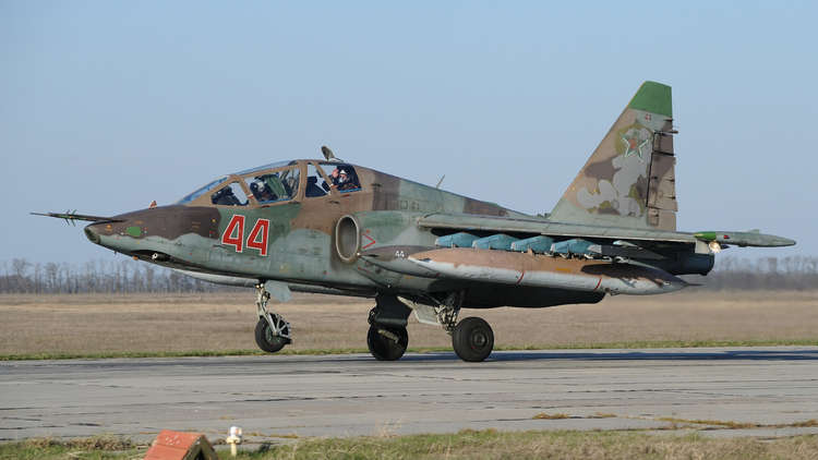 وزارة الدفاع الروسية تؤكد إسقاط إحدى طائراتها من طراز سو-25 في سوريا ومقتل قائدها