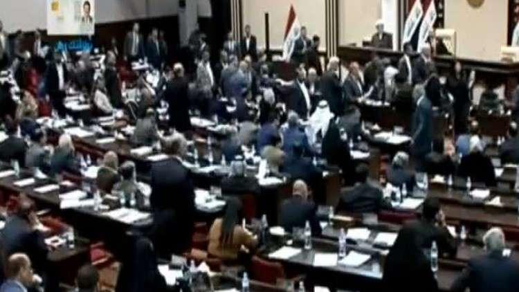لحظة الاعتداء على النائب العبادي داخل البرلمان العراقي