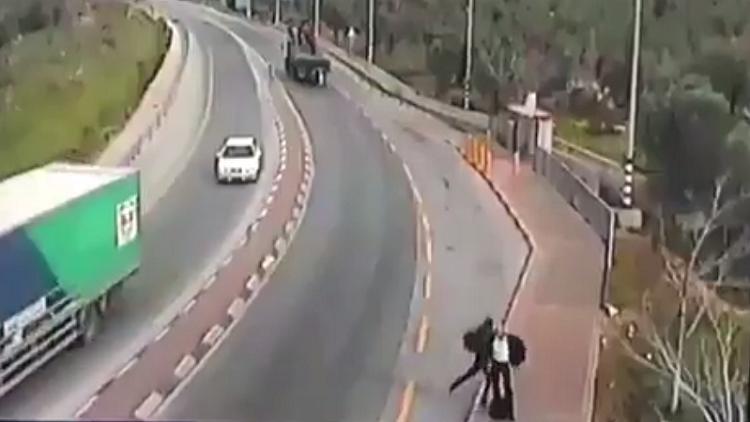 شاهد بالفيديو.. شاب فلسطيني يطعن مستوطنا إسرائيليا ويرديه قتيلاً