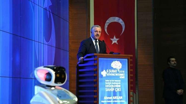 وزير تركي يأمر بإسكات روبوت انفلت عقاله!