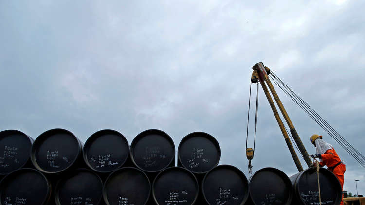 النفط يصعد بعد تقرير عن مخزونات الخام الأمريكية