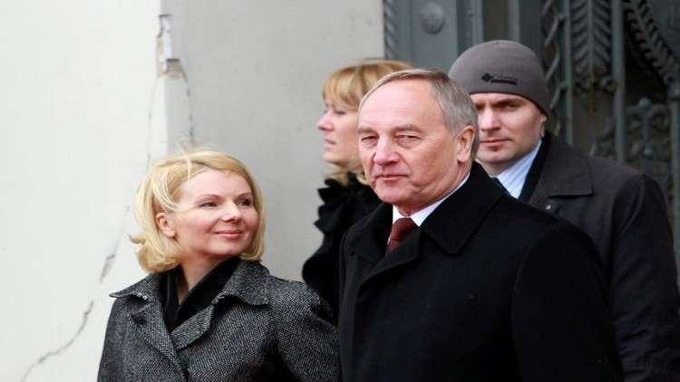 سيدة لاتفيا الأولى سابقا تشتكي من الفقر والعوز بعد طلاقها من الرئيس الثري