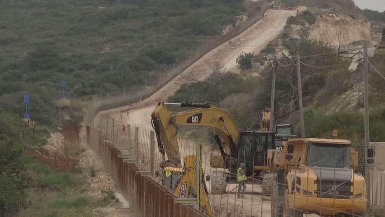 شاهد بالفيديو.. أعمال بناء الجدار الفاصل على الحدود اللبنانية الإسرائيلية