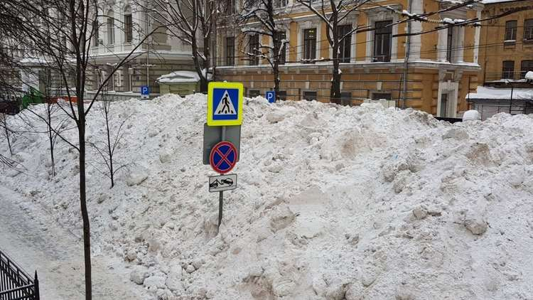 جبال من الثلوج في شوارع موسكو