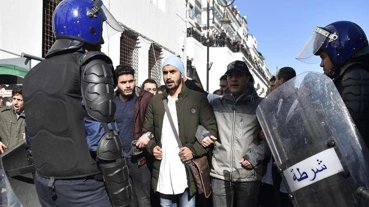 الجزائر.. ألف طبيب يتظاهرون رغم قرار منع الاحتجاجات