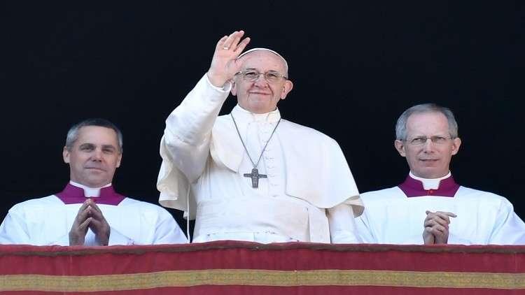 شاهد.. تصرف غير متوقع من البابا فرنسيس يثير ضجة!