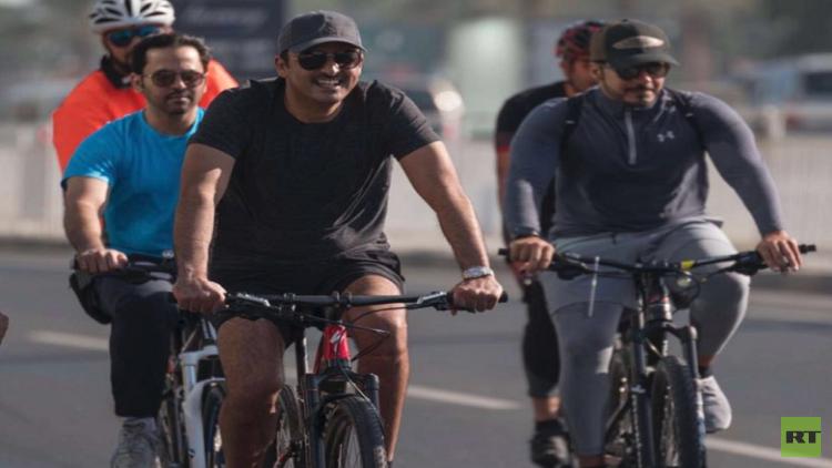 شاهد.. أمير قطر يتجول في شوارع الدوحة بدراجة هوائية!