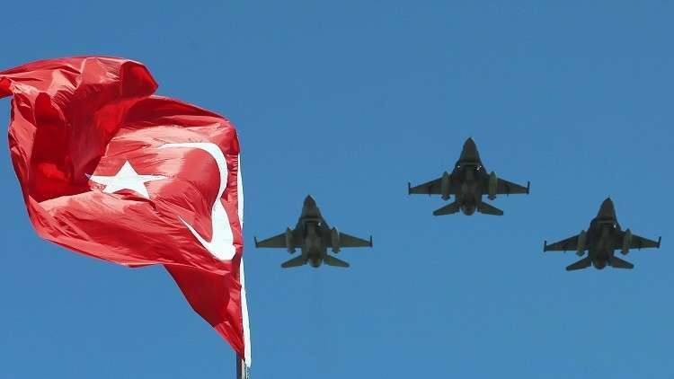 تحطم طائرة تدريب عسكرية تركية في إزمير ومقتل طيارين