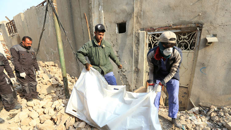 انتشال الجثث من تحت أنقاض الموصل