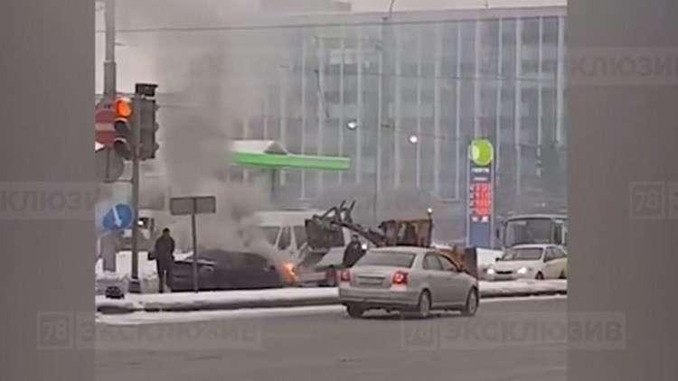 سائق جرافة فطن ينقذ سائقا من الموت حرقا بصب الثلج على سيارته