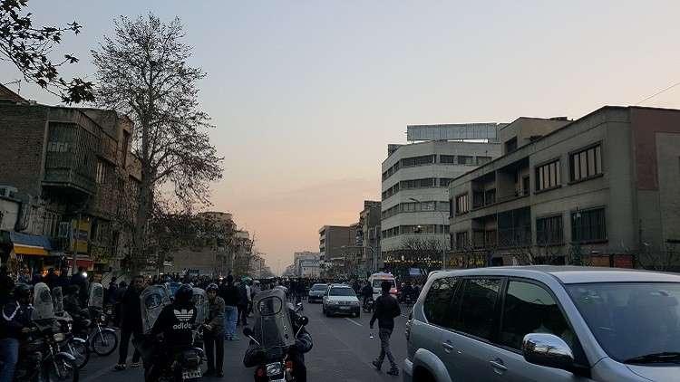 مقتل 5 عناصر أمنية باشتباكات مع المحتجين في طهران